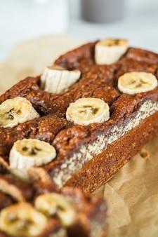 Pan de plátano en rodajas casero en blanco