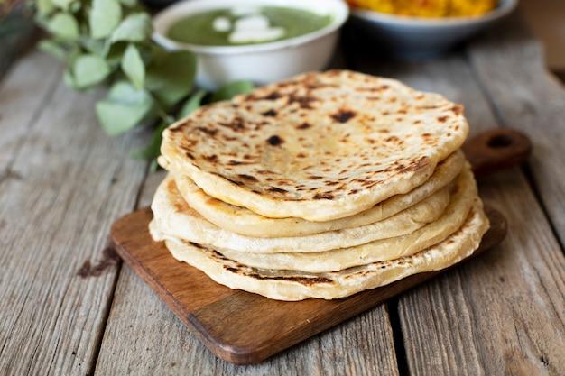 Pan de primer plano cocinado al estilo indio