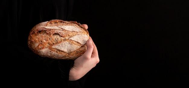 Pan de primer plano con fondo negro