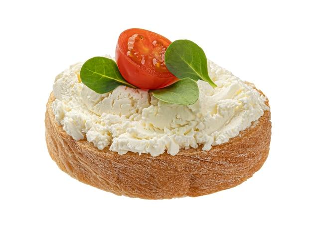 Pan con queso crema aislado sobre fondo blanco.