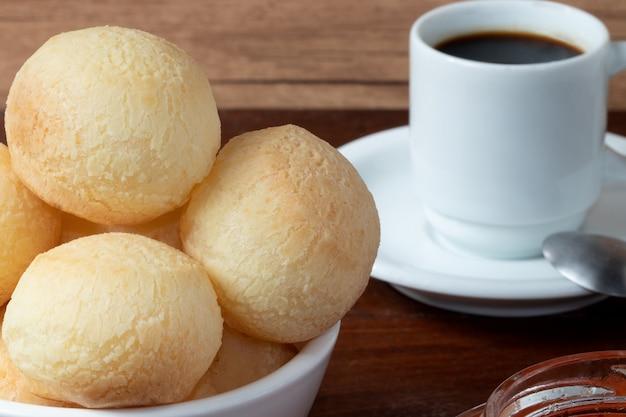Pan de queso (pãƒâƒã'âƒãƒâ'ã'âƒãƒâƒã'â'ãƒâ'ã'âƒãƒâƒã'âƒãƒâ'ã'â'ãƒâƒã'â'ãƒâ'ã'â £ o de queijo) y una taza de café.