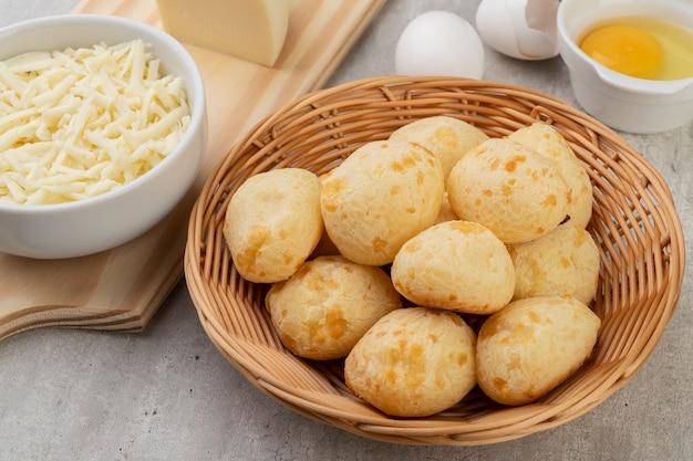 Pan de queso típico brasileño en la cesta