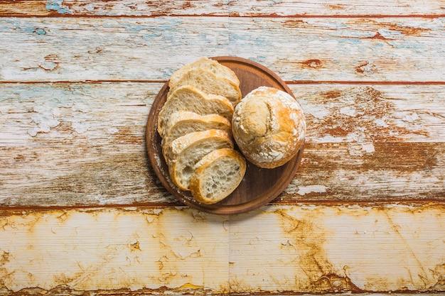 Pan rebanado cerca de bollos