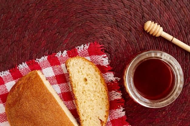 Pan rebanado con mermelada vista superior