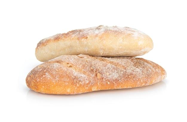 Pan recién horneado aislado sobre fondo blanco.