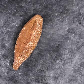 Pan recién horneado de granos múltiples en encimera de cocina negra