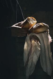 Pan recién horneado en las manos.