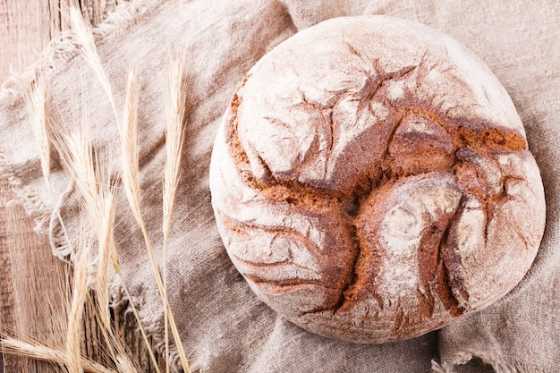 Pan redondo de pan casero hecho de centeno