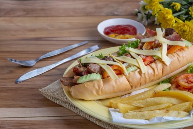 Pan relleno en un plato negro colocado sobre una mesa de madera.
