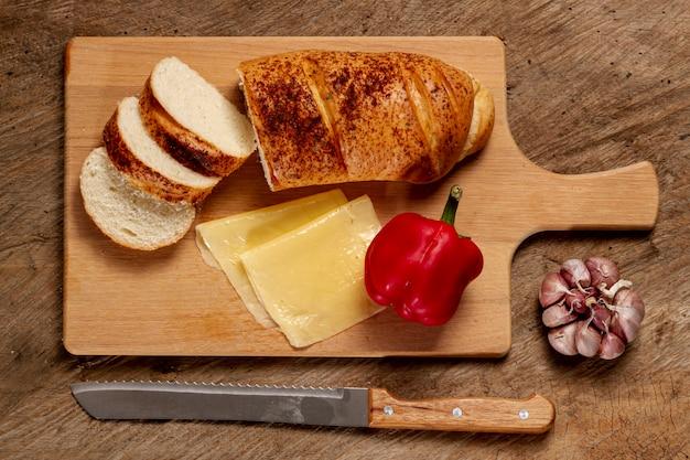 Pan rodeado de deliciosa comida