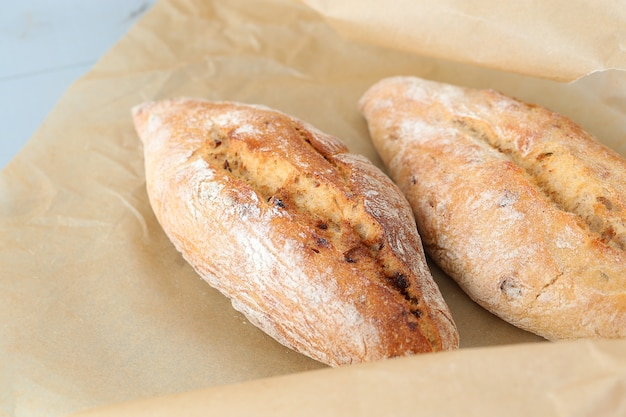 Pan rústico en la mesa