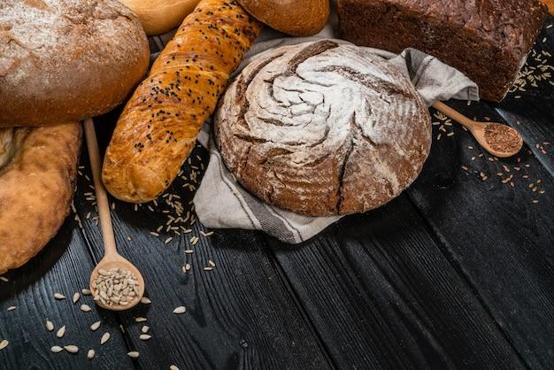 Pan rústico y trigo en una vieja mesa de madera tablones vintage.