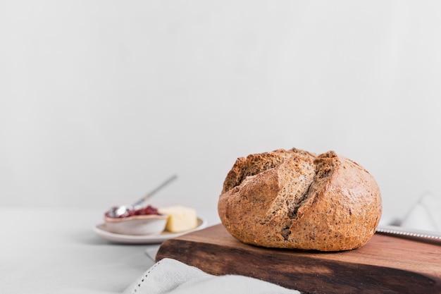 Pan sabroso con fondo blanco.