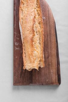 Pan sabroso en tabla de cortar
