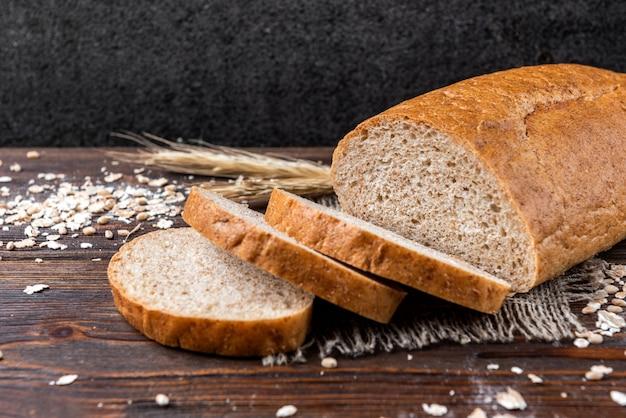 Pan de salvado en la mesa de madera oscura.