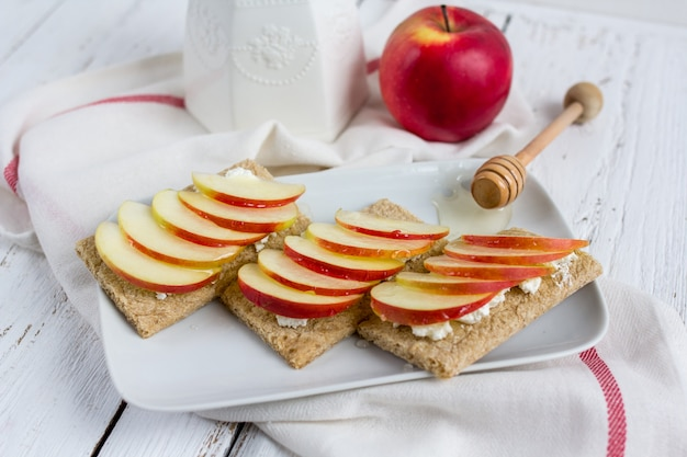 Pan seco dietético, manzana y miel