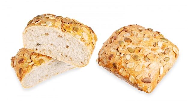 Pan de semillas de calabaza aislado sobre fondo blanco.