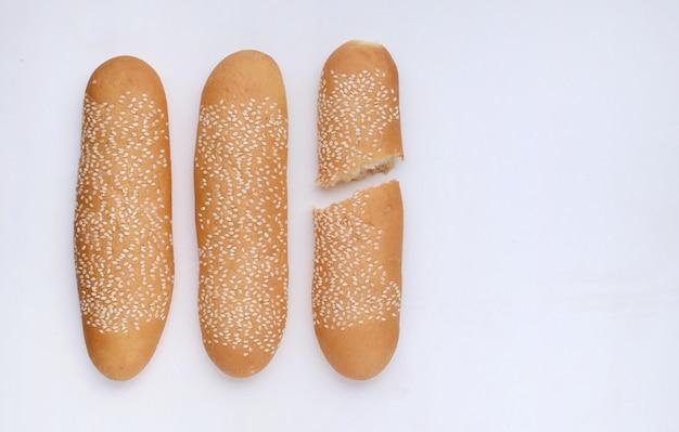 Pan de semillas de sésamo sobre suelo blanco