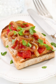 Pan con tomate, cebolla y perejil.