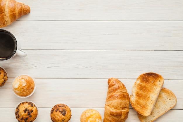 Pan tostado y diferentes pasteles