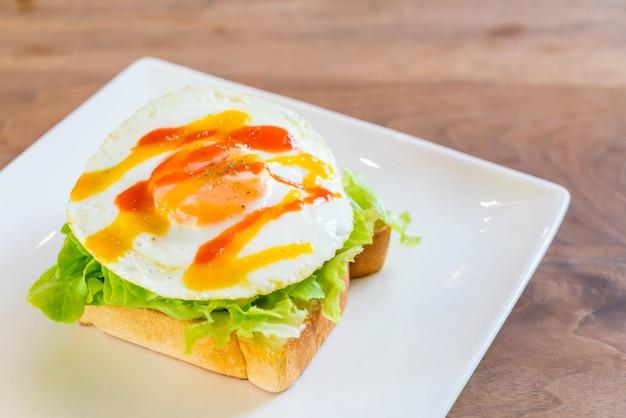 Pan tostado con huevo frito y verdura.