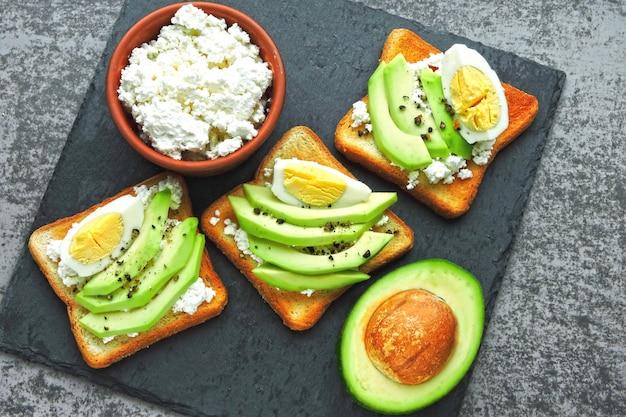 Pan tostado de requesón con huevo. dieta keto. keto snack o desayuno.