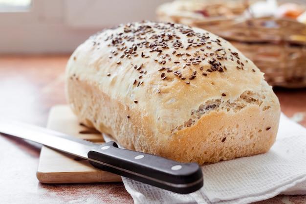 Pan de trigo casero con semillas de lino en una mesa de cocina
