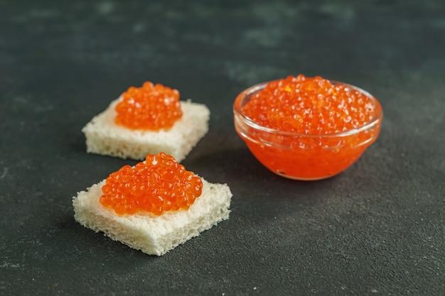 Pan de trigo de forma cuadrada con caviar rojo
