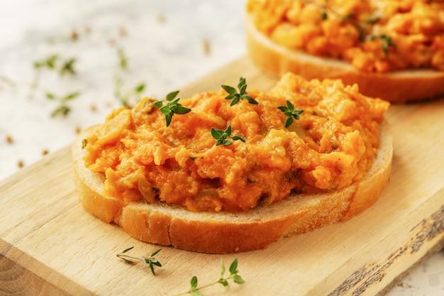Pan con verduras de caviar casero: calabaza, calabacín, tomates, cebollas, zanahorias, pimientos y pimientos picantes.