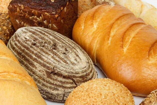 Pan, vista superior de panes blancos, negros y de centeno.