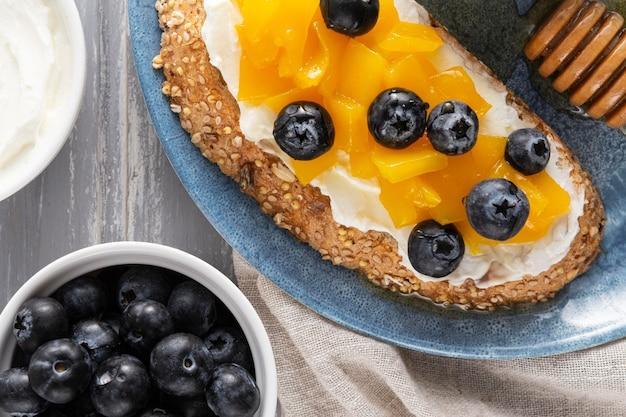 Pan de vista superior con queso crema y frutas