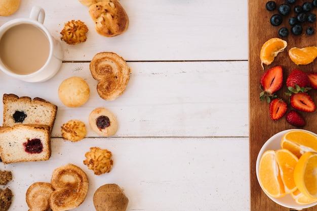 Panadería con café y diferentes frutas en mesa.