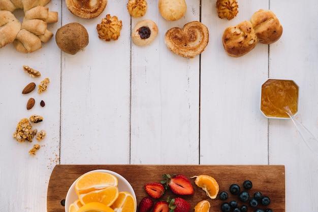 Panadería con diferentes frutas en mesa.