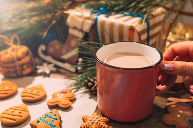Panadería de navidad con café con leche de cerca. fondo festivo de arte culinario con galletas de jengibre caseras y bebida caliente.