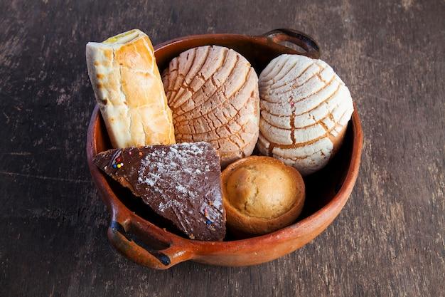 Panadería de pan dulce tradicional mexicana y taza de leche aislado