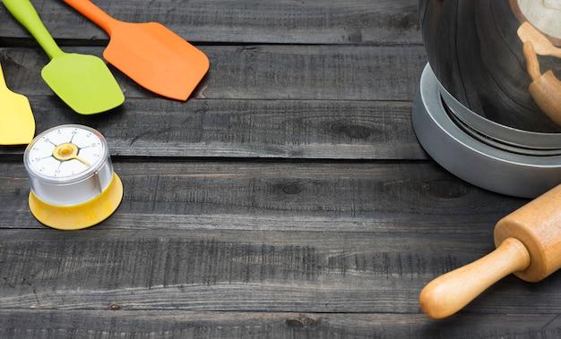 Panadería y utensilios de cocina con cronometraje de cocina en mesa de madera