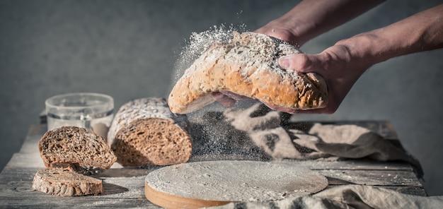 Panadero con harina en mano