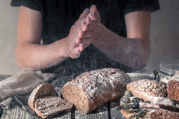 Panadero con harina en la mano