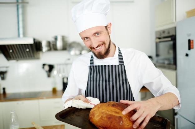 Panadero con pan fresco
