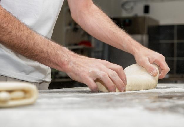 El panadero prepara masa de pan.