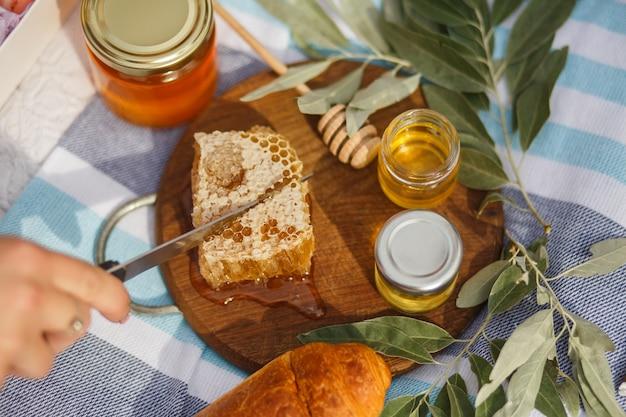 Panal de miel en placa de madera.