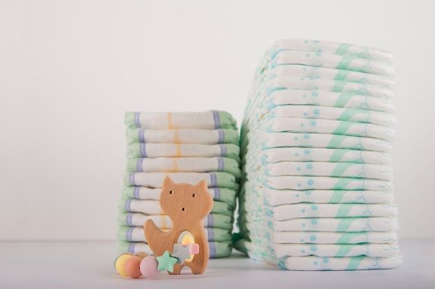 Pañales de bebé en un primer plano de fondo blanco