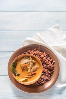 Panang curry tailandés con arroz rojo