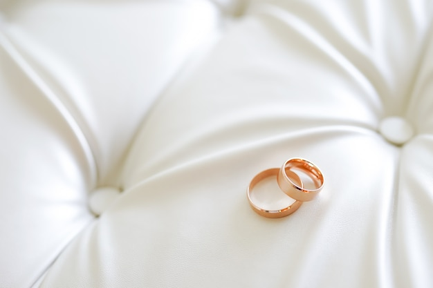 Pancarta panorámica de dos anillos de bodas de oro simbólicos de amor y romance