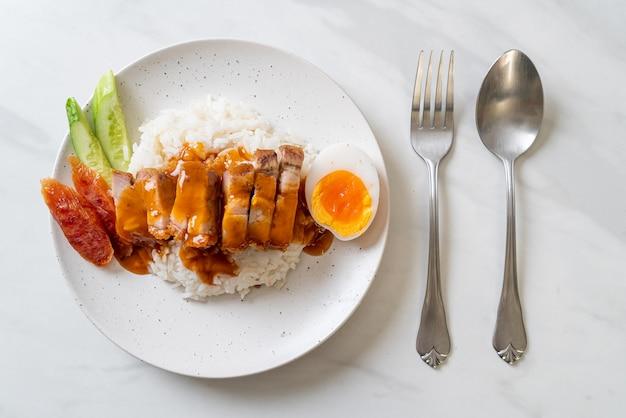 Panceta crujiente sobre arroz con salsa roja barbacoa