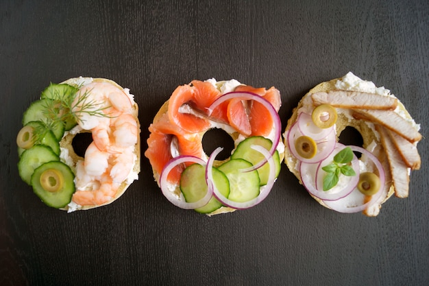 Panecillos con queso crema y salmón ahumado sobre un fondo negro