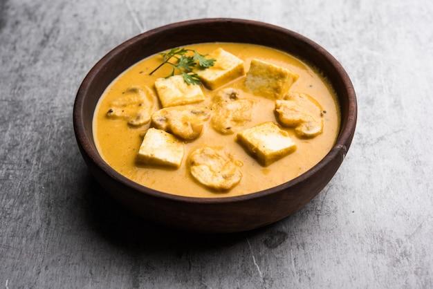 Paneer de champiñones al curry o sabzi, servido en un bol. enfoque selectivo