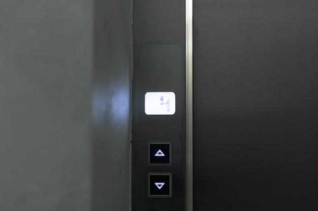 Panel de botones del elevador de cerca