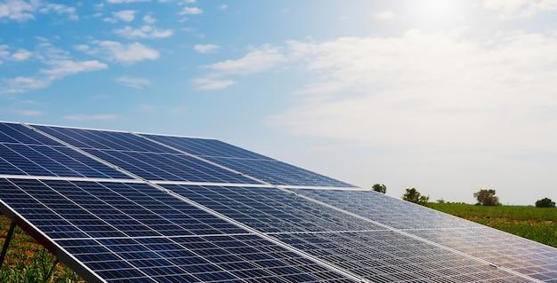 Panel de células solares con cielo azul y puesta de sol. limpieza energética en concepto de naturaleza