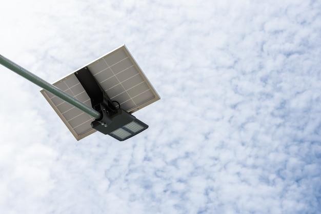 Panel de células solares y farola led y ecológico.